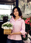 Small business owner: woman and her flower shop — Stockfoto