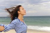 Frau, genießen, den wind und das meer — Stockfoto