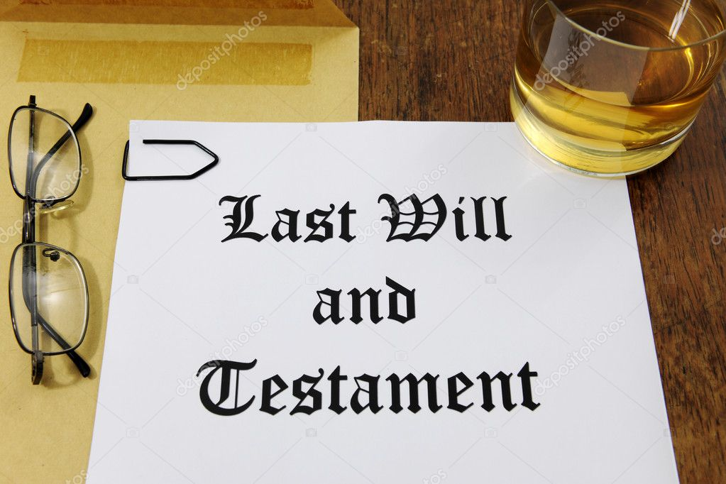 Last Will and Testament  and glass of whiskey on a wooden desk — Stock fotografie #11218814