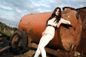 美丽的女人在农村 — 图库照片