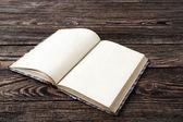 木製のテーブルの上の高齢者空白の本 — ストック写真