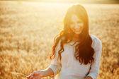 Buğday alan güzel bayan — Stok fotoğraf