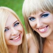 Two young girl friends in a park — Stock Photo