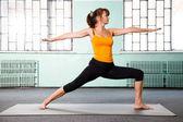 зрелая женщина, осуществляющих йоги — Стоковое фото