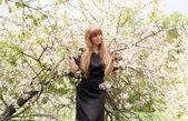 Het meisje houdt een bloeiende tak — Stockfoto