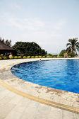 在棕榈树的中国酒店的游泳池。中国三亚 — 图库照片