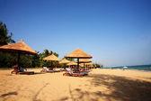 пользование зонтиком и шезлонгами на пляже, санья, китай — Стоковое фото