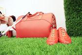 Rote gepäck und schuhe — Stockfoto