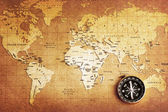 La brújula sobre el mapa de un tesoro — Foto de Stock