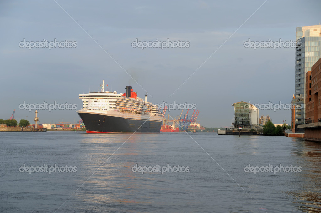 Queen Mary 2, arrival in Hamburg 2012-05-20 — Stockfoto #10752220