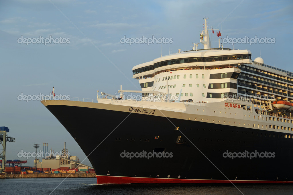 Queen Mary 2, arrival in Hamburg 2012-05-20 — Stock Photo #10752229