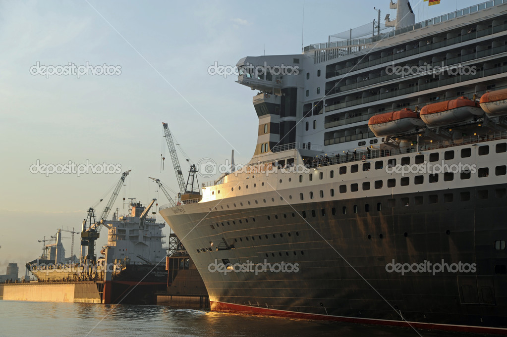 Queen Mary 2, arrival in Hamburg 2012-05-20 — Stock Photo #10752245