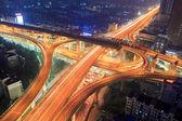 путепровод в городе в ночное время — Стоковое фото