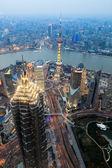 с видом на шанхай финансовый центр в сумерках — Стоковое фото