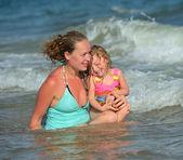 ビーチ上の娘を持つ母matka s dcerou na pláži — Stock fotografie