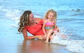 Matka z córką na plaży — Zdjęcie stockowe