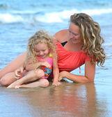 Moeder met dochter op strand — Stockfoto