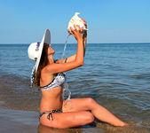 Uma mulher caminhando na praia — Foto Stock