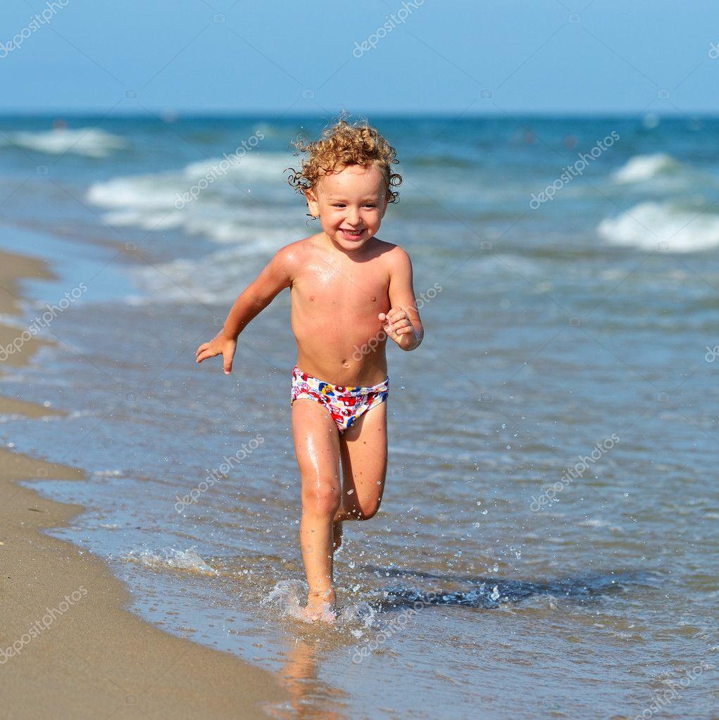 海边的金发小男孩 — 照片作者 kyslynskyy