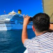 Tourist taking pictures of an ocean liner in Istanbul. - Lizenzfreies Foto