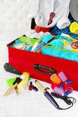 Viaggio valigia imballata per vacanze donna con belongin personali — Foto Stock