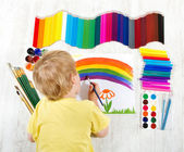 Barn målning bild med pensel i album med en massa painti — Stockfoto