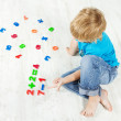Child solve the mathematics example. Looking for answer. — Stock Photo