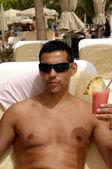 Man holding drink — Stock Photo