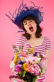 Kadın çiçekler başlarken — Stok fotoğraf