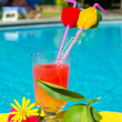Cocktail Drink an schwimmen ppol — Stockfoto