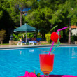 cocktail drink i simning ppol — Stockfoto