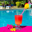 bere cocktail al nuoto ppol — Foto Stock