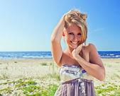 счастливая женщина на пляже. — Стоковое фото