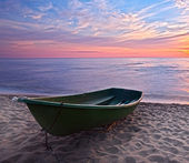 Sunset.Boat on coast. — Stock Photo