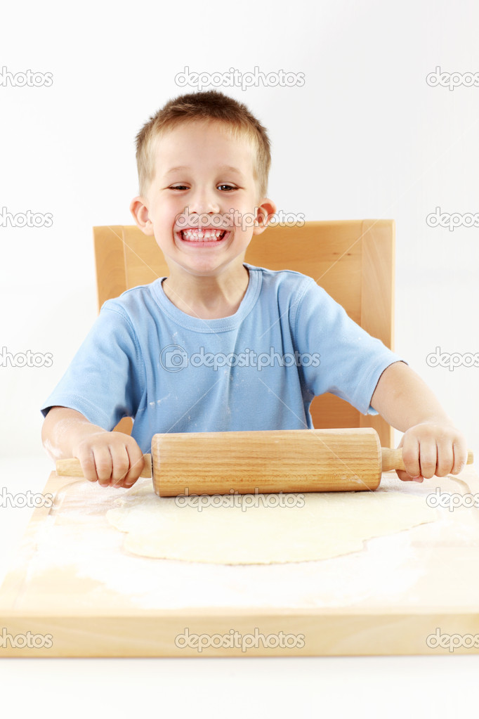 Small boy baking cookies for Christmas — Stock Photo #11445622