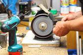 Homem que trabalha com a ferramenta de máquina de afiar — Foto Stock