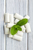 Mint leaves and chewing gum — Stock Photo