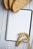 Cahier vierge avec le pain et le blé — Photo