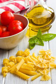 Italian pasta with basil, tomatoes and olive oil — Stock Photo