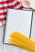 Leere rezeptbuch mit italienischen spaghetti — Stockfoto