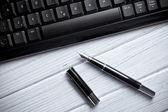 Fountain pen and computer keyboard — Stock Photo