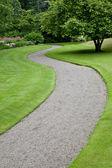 Jardín camino que conduce a la distancia — Foto de Stock