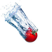 Red Tomato Falls under Water with a Splash — Stock Photo