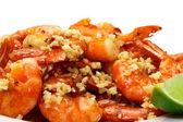 Smažené krevety servírované v deska — Stock fotografie