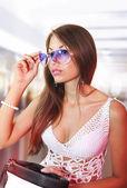 девушка пытается на белые модные очки — Стоковое фото