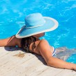 Woman in hat relaxing at swimming poo — Stock Photo