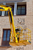 Hydraulic platform equipment against building — Stock Photo