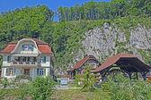 Bonito pueblo en alpes, suiza — Foto de Stock