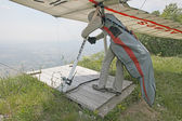 GEMONA, ITALY- JULY 2012: Ievgen Lysenko competes in the Italian Open-2012 hang gliding competitions at Gemona on July 17, 2012 near Gemona, Italy — Zdjęcie stockowe