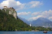 Colorido bled, con el castillo superior de la roca en el fondo. eslovenia — Foto de Stock